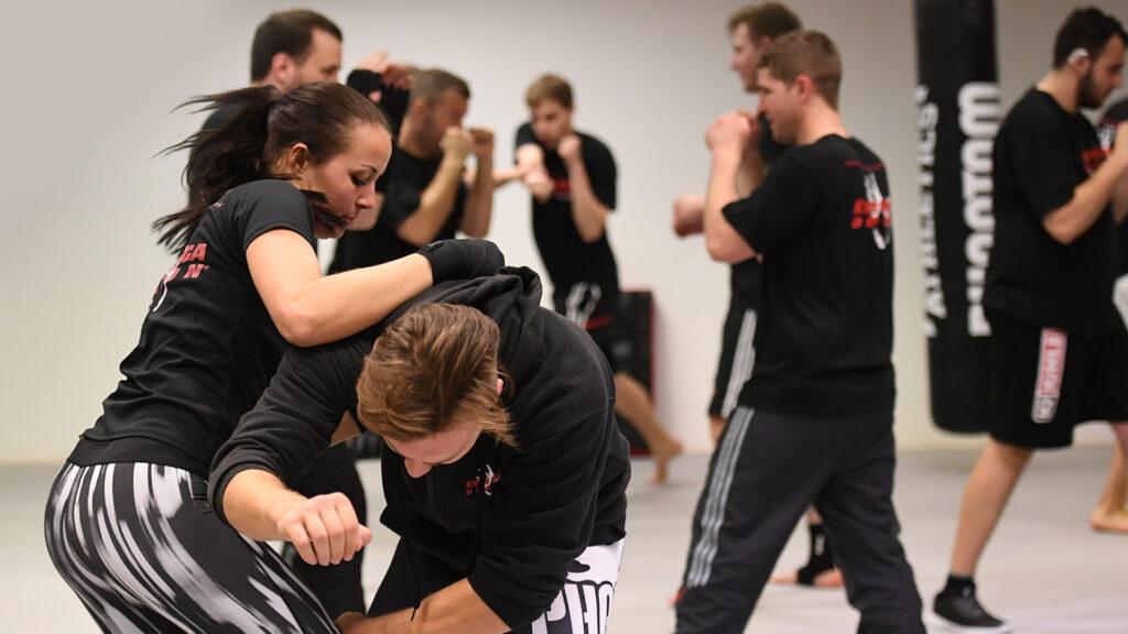 Fitness und Selbstverteidigung Training bei WingWarrior in München. Frauen beim Training